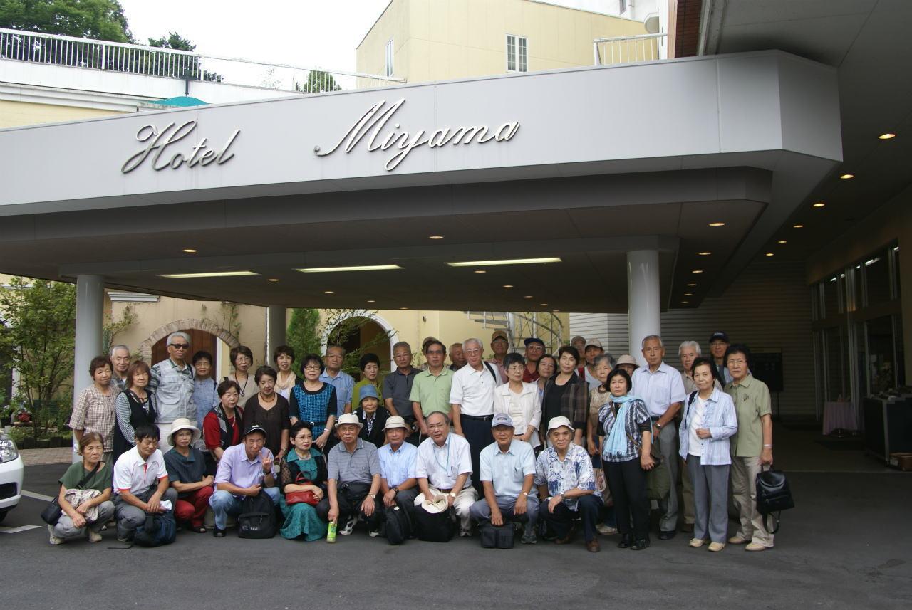 「ホテル美やま」の前で集合写真(12日)