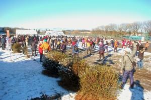 雪が残る早朝、多くの参加者が集まりました